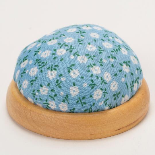 Kartopu Ahşap Tabanlı Mavi Çiçekli İğnedenlik